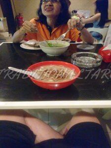 HOKKAIDOのおばちゃんと一緒に食事①奥には嬢が待機。